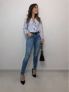 Amazing shirt with jeans look Fashion Wear, Cute Fashion, Look Fashion, Women's Fashion Dresses, Casual Work Outfits, Cute Outfits, Bar Outfits, Pretty Outfits, Look Office