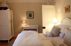 Kloovenburg Pastorie offers luxurious overnight accommodation on a beautiful wine farm, situated in Riebeek Kasteel.