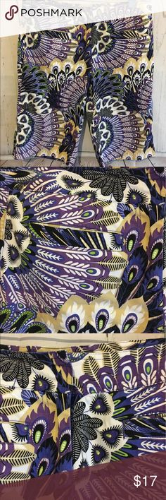 """Bamboo Traders Peacock Print Bermuda Shorts These shorts have a beautiful Print! They are a size 6 and are 22"""" long and have 13"""" inseam. They are 97% Cotton and 3% Spandex. If you need additional measurements please let me know and I will get them to you quickly before purchasing. Bamboo Traders Shorts Bermudas"""