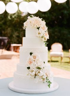 Floral Wedding Cakes Floral wedding cake - The experts at La Belle Fleur Events share the top 5 most glamorous wedding trends Take a look to get inspired! 5 Tier Wedding Cakes, Floral Wedding Cakes, Wedding Cakes With Flowers, Elegant Wedding Cakes, Beautiful Wedding Cakes, Glamorous Wedding, Wedding Cake Designs, Wedding Cake Toppers, Perfect Wedding