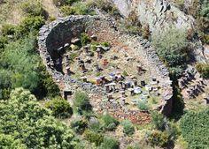 Colmenas en la zona de la Somoza Berciana dentro del municipio de Villafranca del Bierzo, muy cerca del Parque Natural de Los Ancares. Fijaros en el detalle del muro de piedra para proteger las colmenas de los ataques de los osos