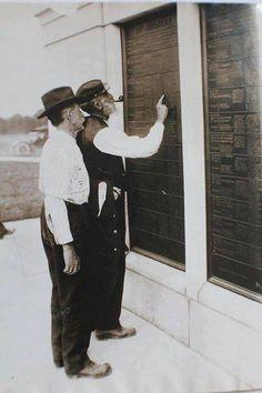 Civil War veterans looking for names on the Pennsylvania Monument Gettysburg reunion 1913.
