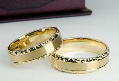 Obrączki firmy Złoty Skorpion O106. Ciekawe obrączki w połączeniu satynowanym i diamentowanym. Boki lekko z fazowane. Gold Wedding Rings, Wedding Bands, Gold Rings, Meanie, Couple Rings, Stackable Rings, Weeding, Diamond Cuts, Jewlery