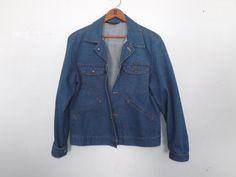 Vintage Retro 1970s 80s Mens Wrangler No Fault Denim Jacket Blue Denim Country Western Cotton Coat Small Rustic Trucker Cut Unisex Hipster