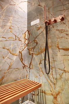 Ducha revestida de piedra Spiderman Quartzite, de la colección de Antolini. El revestimiento de piedra de un baño es siempre un acierto si se desea dar continuidad y entre los diferentes espacios del baño y dotarles de una personalidad especial. Ducha piedra | Ducha mármol | Ducha cuarcita | Baño piedra