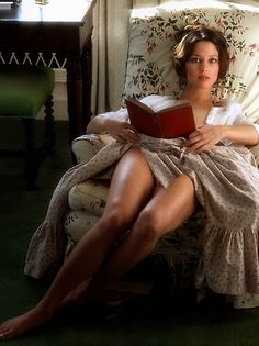 Reading is sexy Carrie, Books To Read For Women, Portraits, Woman Reading, Glamour, Le Jolie, Bibliophile, Beautiful Women, Beautiful Legs