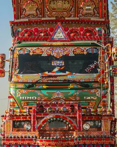 دلہن   A decorated truck at Quetta .. ..(PS.. kuch or ho na ho dawn ne meri gallery colorful zarur kar di) .. .. submission :#dawnweeklyproject  #khanabadosh_loag .. #dawndotcom #etribune #vscopak #storiesofpakistan #shutterpak #creativepakistan #travelbeautifulpakistan #artistloag #followforfollow @streets.of.pk #likes4likes #ig_pakistan #quetta #balochistan #pakistan #picturepakistan