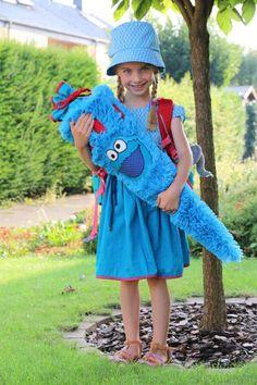 """""""Diese Schultüte habe ich meiner Tochter Mia zum ersten Schultag selbst genäht. Damit sie eine schöne Erinnerung an ihren ersten Schultag hat, kann sie die Schultüte noch ausstopfen und so als Kissen benutzen. Da die Schultüte aus einem sehr flauschigen Stoff besteht, wurde sie natürlich von jedem der sie gesehen hat erst mal gestreichelt"""", schreibt uns Birgit Arndt aus Dortmund."""