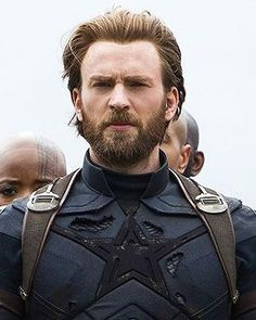 Chris Evans has switched his shorter hairstyle for a medium length swept back haircut with Captain America in Avengers: Infinity War. Here's our lowdown on what the new Captain America Infinity War haircut is and you can get the Chris Evans hairstyle. Chris Evans Haircut, Chris Evans Beard, Chris Evans Funny, Capitan America Chris Evans, Chris Evans Captain America, Best Short Haircuts, Haircuts For Men, Men's Hairstyles, Negroni Cocktail