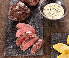 Als Beilagen-Tipp empfehlen wir Ihnen Polenta-Ecken mit Käse Polenta, Sausage, Meat, Food, Savory Snacks, Tasty Food Recipes, Cheese, Side Dishes, Pepper