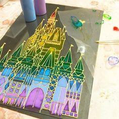 ダイソーやセリアなどの100均で手に入るガラス絵の具。 これを使って、ステンドグラス風のフレームやシールなど、様々なインテリアアイテムを作れるってご存知でしたか? 子どもにも楽しめるから、夏休みの自由工作などにもオススメです♪・・・ Diy Crafts For Kids, Art For Kids, Arts And Crafts, Paper Crafts, Disney Stained Glass, Faux Stained Glass, Glass Wall Art, Diy Wall Art, Art Therapy Activities