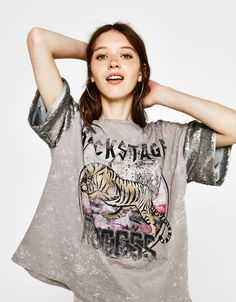 T-shirt with sequinned sleeves - T-Shirts - Bershka Turkey Trendy Outfits, Cool Outfits, Fashion Outfits, Mode Logos, Going Out Crop Tops, T Shirt Crop Top, Fitness Wear Women, Rock T Shirts, Womens Workout Outfits