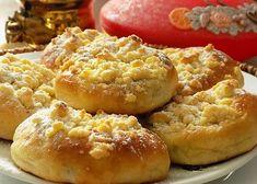 Hledáte recept na koláčky, které se rozplynou na jazyku? Právě jste ho našli. Těsto je kynuté, ale většina mléka je nahrazena smetanou. V důsledku toho je tučnější a potřebuje malinko více času na kynutí. Koláčky jsou vláčné díky tvarohové náplni a voní po máslové drobence. Czech Recipes, Biscuit Cookies, Graham Crackers, Biscuits, Muffins, Food And Drink, Pie, Sweets, Bread