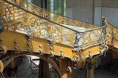Escalier d'honneur de la nef du Grand Palais, conçu par Albert Louvet et Henri Deglanne pour l'Exposition de 1900. Il est soutenu par des colonnes de porphyre vert.