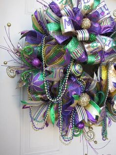 ideas for christmas tree dcoration with mesh mardi gras Mardi Gras Centerpieces, Mardi Gras Decorations, Deco Mesh Ribbon, Deco Mesh Wreaths, New Orleans Christmas, Madi Gras, Mardi Gras Wreath, Wire Wreath Forms, Ribbon On Christmas Tree