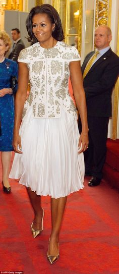 I Love Her and Her Style. First Lady Michelle Obama Michelle Und Barack Obama, Michelle Obama Fashion, Barack Obama Family, Obamas Family, Vogue, Sexy Bikini, American First Ladies, American Women, American History