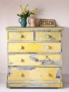 The vintage expert and writer, Kate Beavis shares how Annie Sloan has impacted British interior design in our homes over the last decade. Diy Furniture Projects, Paint Furniture, Furniture Makeover, Cool Furniture, Vintage Furniture, Yellow Chalk Paint, Annie Sloan Furniture, Painted Bookshelves, Grey Dresser