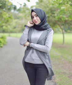 Pin Image by American Joss Arab Girls Hijab, Girl Hijab, Muslim Girls, Modern Hijab Fashion, Abaya Fashion, Muslim Fashion, Fashion Muslimah, Beautiful Muslim Women, Beautiful Hijab