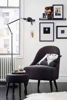 Nett retromodell med stamme og ben av massivt tre. Slitesterkt trekk i bomullscanvas. Skumfyll i setet. Høyde 80 cm. Bredde 54 cm. Dybde 54 cm. Leveres umontert. Fraktvekt 59 kg. Fraktpris, se kjøpsinformasjonen. Interior Design Living Room, Living Room Designs, Cozy Living, Dream Decor, Living Room Inspiration, Furniture Design, House Design, Couch, Home Decor