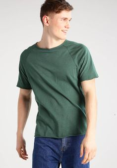 Samsøe & Samsøe. BACKBONE - T-shirts - dark green. Ermelengde:Korte ermer. Lengde:normal lengde. Totallengde:68 cm i størrelse L. Overmateriale:55% bomull, 45% lin. Mønster:melert. Materiale:jersey. Passform:normal. Hals/utringning:rund hals. Model...