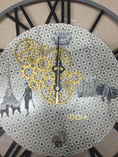 Reloj de madera decorado