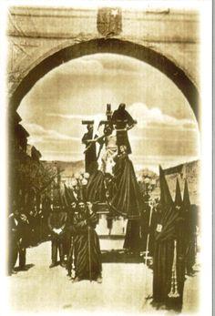 Semana Santa Cuenca 1922 El Descendimiento Fotografía editada por Heliotipia Artística Española de Madrid y distribuido por el periódico La Tribuna de Cuenca #SemanaSanta #Cuenca #HermandadCristoLuz