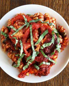 Pečené těstoviny s rajčatovou omáčkou a bazalkou