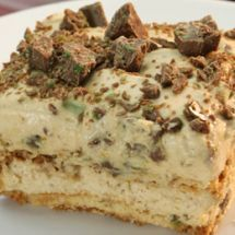 An oh so delicious peppermint crisp tart, with layers of crispy coconut biscuit, caramel (dulce de leche), cream and mint chocolate. Pepermint Crisp Tart, Peppermint Crisp, Peppermint Cake, Koeksisters Recipe, Burfi Recipe, Caramel Treats, Caramel Tart, Tart Recipes, Dessert Recipes