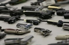 """Dos ciudadanos venezolanos radicados en EEUU fueron acusados en un tribunal de Miami del delito de intento de exportación ilegal de armas a Venezuela, ocultas en cajas de baterías para vehículos, según documentos judiciales.</p> <p>Sobre los venezolanos José Alexander Gutiérrez Morales y Alfredo Montilla, pesan los cargos de """"conspiración para exportar armas de fuego y munició..."""