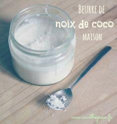 Beurre de noix de coco fait maison. Le beurre de noix de coco est fait avec de la noix de coco râpée déshydratée. Cette recette est ultra rapide et facile !