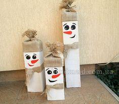 Снеговики из деревянных брусьев