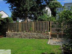 Stabile Holzrahmen umfassen Flechtruten aus Robinie. Diese Gartenzäune können von der Flechtrichtung variabel montiert werden. Ein Augenschmaus für jeden Garten.