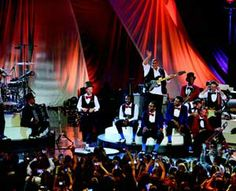Christophe Maé au Palais des Sports de Paris - Après deux années 2010 et 2011 sur les routes et réunissant près de 700 000 spectateurs, Christophe Maé revient en force avec son nouveau spectacle aux airs de Nouvelle Orléans. L'occasion de retrouver le prestataire Potar Hurlant, dorénavant rompu aux tournées d'envergure, avec, aux manettes, Thierry Pasco. Sono Mag vous plonge dans un univers haut en couleurs, tout en finesse, et généreux à la fois.