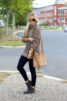 Marissa Meade is looking cosy and comfortable in this knitwear outfit consisting of a cable knit sweater, matched with black jeans, Chelsea boots, and minimal accessories for a stripped down style. Outfit: Abercrombie & Fitch.