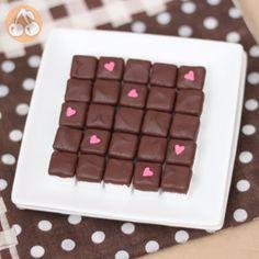 قند شکلاتی  خیلی درست کردنش زمان نمیبره قند رو باید 1 ساعت بذارین توی فریزر و شکات ها رو آب کنید بعد قندها رو بزنید توی شکلات ها . اما اگه میخوان از کالری و مقادیر ارزش غذایی اش بدونید بهتره دستورش رو از توی سایت کامل بخونید