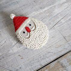 brooch/Santa Claus サンタの刺繍ブローチ✨ 雑誌LEE12月号にて、作り方を掲載しています。 他にも数種類提案していますよ。 覗いて見てくださいませ。 * * #santaclaus #christmas #brooch #サンタ #クリスマス #embroidery #刺繍 #handmade #needlework #linen #stitch #刺绣