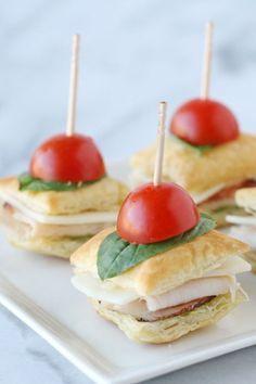 Servir el pavo y pesto entre hojaldre para un mini sándwich que es la combinación perfecta de adorable y delicioso. Obtener la receta en Treats Gloriosos.