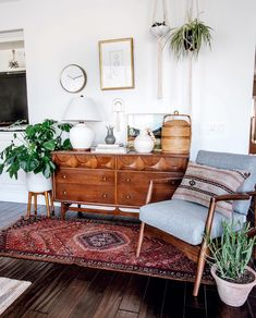 46 Awesome Bohemian Style Home Decor For Your Inspire - OMGHOMEDECOR - This res. : 46 Awesome Bohemian Style Home Decor For Your Inspire – OMGHOMEDECOR – This restrained Bohemian space with patterned rug & pillow potted plants on floor, of a sta – Bohemian Style Home, Style At Home, Boho Chic, Bohemian Décor, Bohemian Party, Bohemian House, Vintage Bohemian, Hippie Boho, Boho Living Room