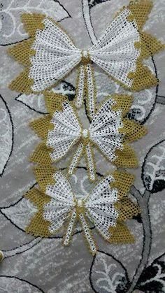 This Pin was discovered by HUZ Sewing Art, Hand Sewing, Crochet Home, Filet Crochet, Crochet Fashion, Doilies, Cross Stitch Embroidery, Diy And Crafts, Crochet Patterns