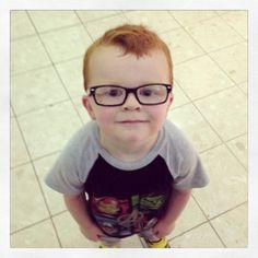 Una madre creó una campaña en Facebook para que su hijo usara sin temor sus gafas. La mujer quería demostrarle que gente maravillosa de todo el mundo usa lentes.