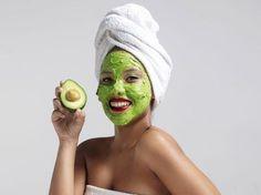 Guacamole im Gesicht? Nicht ganz, denn eine Avocado-Maske ist wunderbar nährend für die Haut und kann ganz leicht selber gemacht werden