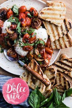 Deze pomodori arrostiti con burrata, oftewel geroosterde tomaten met burrata en toast, zijn heerlijk voor de lunch of als hoofdgerecht.