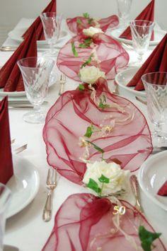 Komplette-Tischdeko-in-bordeaux-creme-fuer-goldene-Hochzeit-oder-50-Geburtstag
