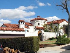 spanish style homes architecture Spanish Hacienda Homes, Spanish Haciendas, Spanish Colonial Homes, Mexican Hacienda, Colonial Style Homes, Spanish Style Homes, Spanish Revival, Spanish House, Hacienda Style