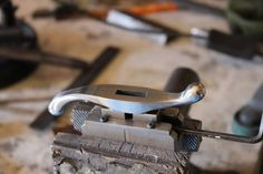 Blacksmith Tools, Handmade Knives, Knife Making, Knifes, Blacksmithing, Cabo, Arsenal, Guns, Handle
