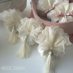 Fiyonk Dantelli Lavanta Kesesi Wedding Favors, Wedding Gifts, Baby Shower Deco, Sachet Bags, Victorian Christmas Ornaments, Sewing Crafts, Diy Crafts, Scented Sachets, Lavender Bags