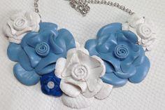 Piel grabada pitón blanca y azul para éste collar de piel. www.kiracomplementos.com