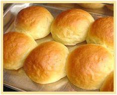 Bata tudo no liquidificador por alguns minutos Coloque em uma vasilha grande e acrescente aos poucos o trigo peneirado, até desgrudar da mão Deixe crescer por 30 minutos Enrole e leve ao forno pré-aquecido