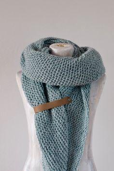Met deze leren band voor aan je omslagsjaal maak je de sjaal helemaal af. Hij dient als sluiting maar ook gewoon als verfraaiing. De band is van echt leer gemaakt en wordt gemaakt van stukjes restleer. Er zijn er dus geen twee hetzelfde. Ze worden met de hand gemaakt en hebben daardoor een ruwe uitstraling die de sjaal een extra stoer effect geeft. De band is voorzien van gaatjes waardoor hij makkelijk is aan te naaien.Zie de foto's voor meer info. Crochet Shawls And Wraps, Knitted Shawls, Crochet Scarves, Crochet Clothes, Crochet Wool, Diy Crochet, Knitting Patterns, Crochet Patterns, Diy Stuffed Animals