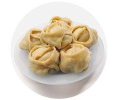 Пельмени — одно из самых популярных повседневных блюд, причем не только в России. Итальянские равиоли, китайские фонтаны и гёдза, чешские кнедлики с фруктовой начинкой, экзотический индийский модак — в каждой стране есть своя уникальная, уходящая в далекое прошлое пельменная культура.